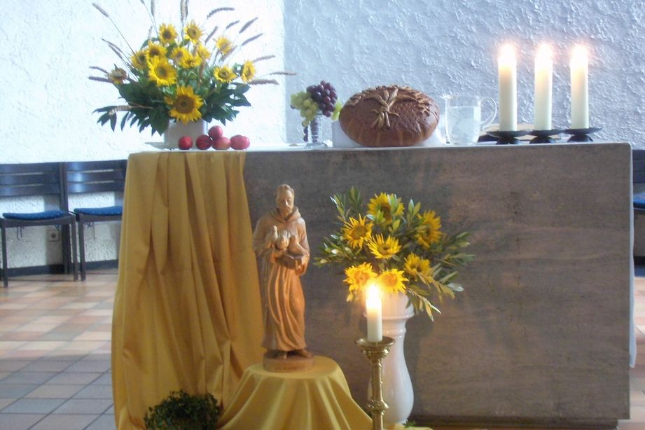 Geschnitzte Figur Heiliger Franziskus vor dem Altar