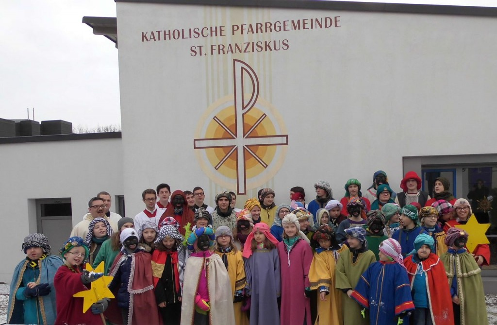 Buben Und Mädchen Ziehen Als Sternsinger Pfarrgemeinde